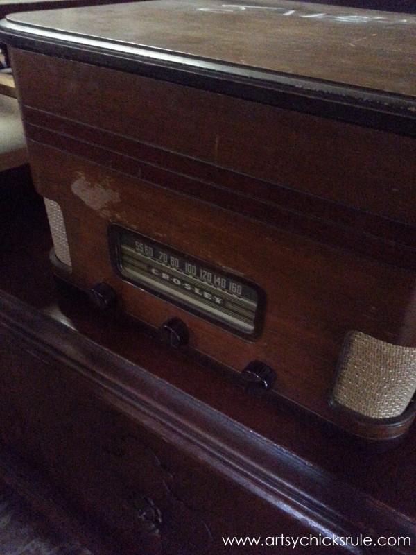 Page's Thieves Market - old radio - Mt. Pleasant SC - #vintage #antiques artsychicksrule.com
