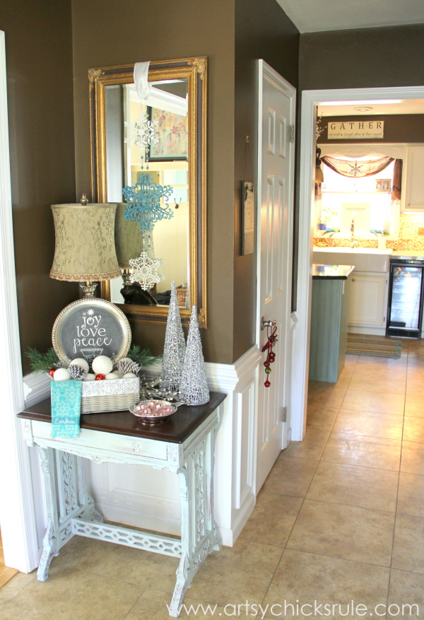 Festive Holiday Foyer - Teal and Red - Foyer entry - #holidayhome #holiday #foyer #decor #Christmas #holidaydecor