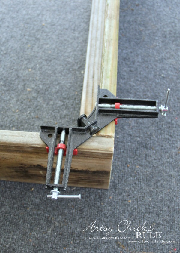 Simple DIY Outdoor Bench - corner clamps are great! - #diy #outdoorbench #outdoorfurniture #diybuild artsychicksrule.com