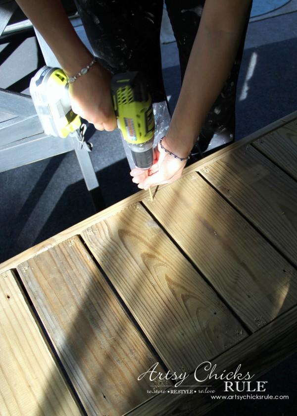 Simple DIY Outdoor Bench - finishing up! - #diy #outdoorbench #outdoorfurniture #diybuild artsychicksrule.com