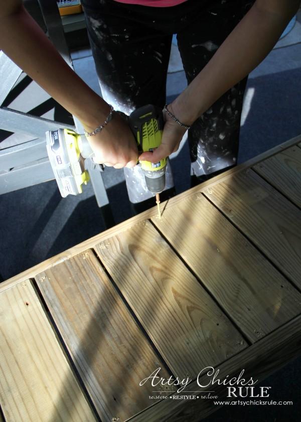 Simple DIY Outdoor Bench - screw in seat - #diy #outdoorbench #outdoorfurniture #diybuild artsychicksrule.com